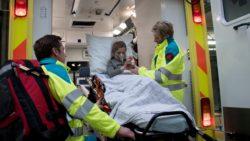 Ambulanciers troosten kinderen met een Brandweer Westhoek knuffelbeer