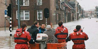 Nederland, 2003. Reddingsactie met reddingsboot tijdens hoogwater 2003